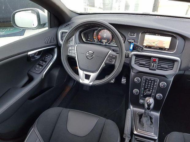 Photo miniature de la Volvo V40 T2 122ch R-Design Geartronic 2018 d'occasion